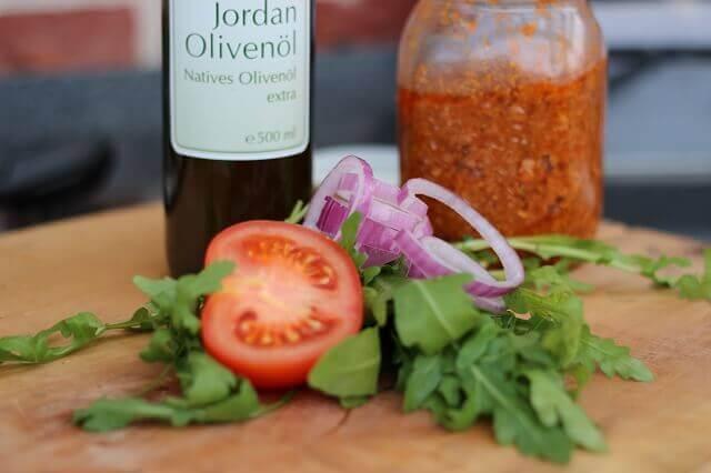 Gutes Olivenöl auf die hand_Salsiccia Burger Jordan   l und Pesto 1