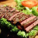 Steakbaguette mit Portweinzwiebeln steak_Steak baguette mit Portweinzwiebeln Baguette beim Belegen 150x150