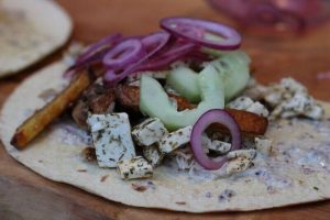 Griechisches Streetfood: Hühnchen Pita mit Pommes Mediterranes no knead baguette_Living BBQ IMG 8427 1 300x200