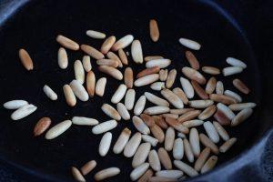 LivingBBQ Fruchtiger Feldsalat mit Mango GrillbeilagePinienkerne anrösten