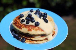 LivingBBQ Pancakes von der PlanchaBlaubeer Pancake mit Vanillesauce
