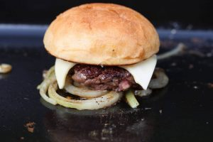Onion Cheese Burger onion cheese burger_LivingBBQ Burger Bun auflegen 300x200