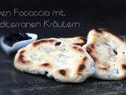 Oliven gefülltes Focaccia mit mediterranen Kräutern