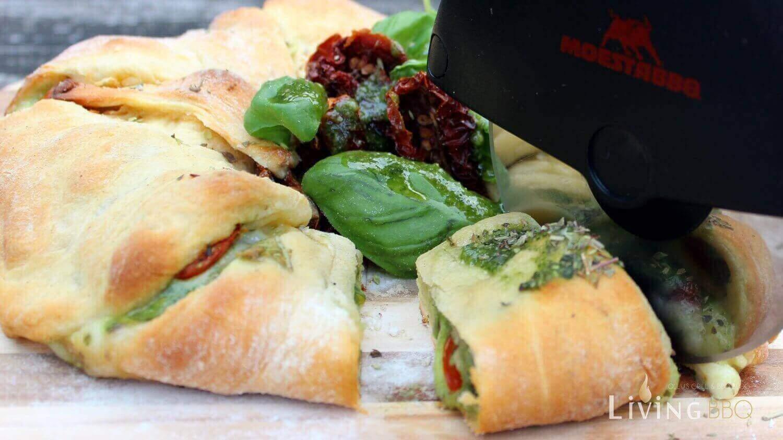 rezept tomate mozzarella caprese im croissant vom pizzastein. Black Bedroom Furniture Sets. Home Design Ideas