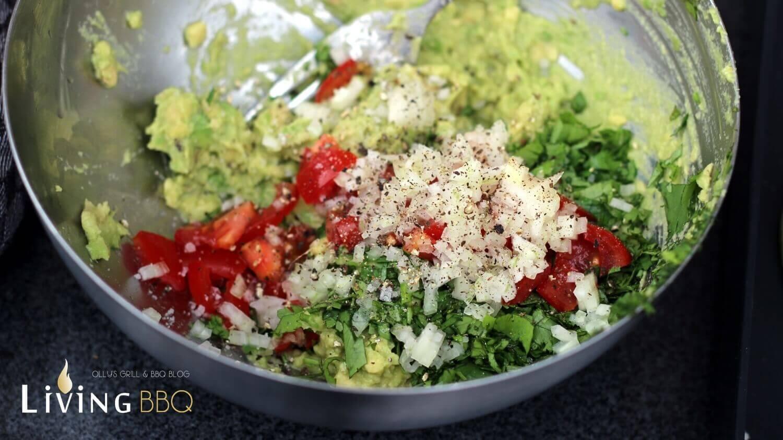 Avocado-creme Zutaten vermengen guacamole_Guacamole Rezept Zutaten vermengen
