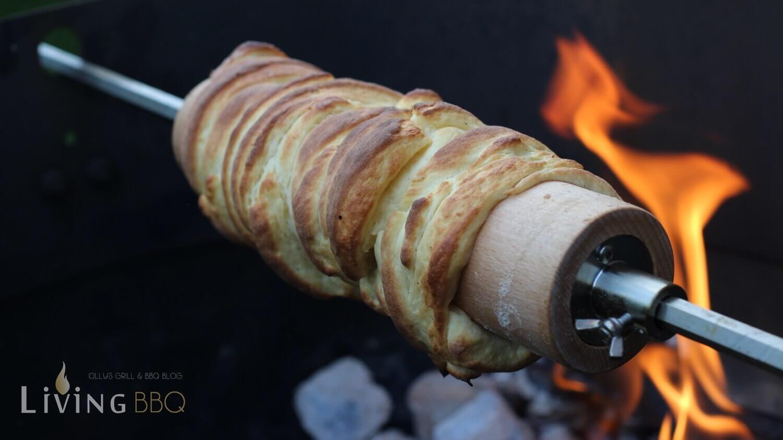 Striezel gart vor dem Feuer baumstriezel_Baumstriezel auf der Feuerwalze im Grill