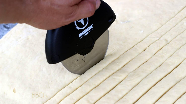 Striezelteig in Streifen geschnitten baumstriezel_Baumstriezelteig mit Moesta PizzaCut schneiden