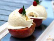 gegrillter Pfirsich mit Vanilleeis von der Plancha