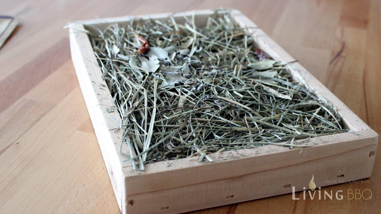 Holzbox und Kräuterheu