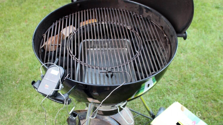 Wasserschale füllen, Räucherholz und Grillrost auflegen pulled pork_Temperaturf  hler Rosth  he Pulled Pork