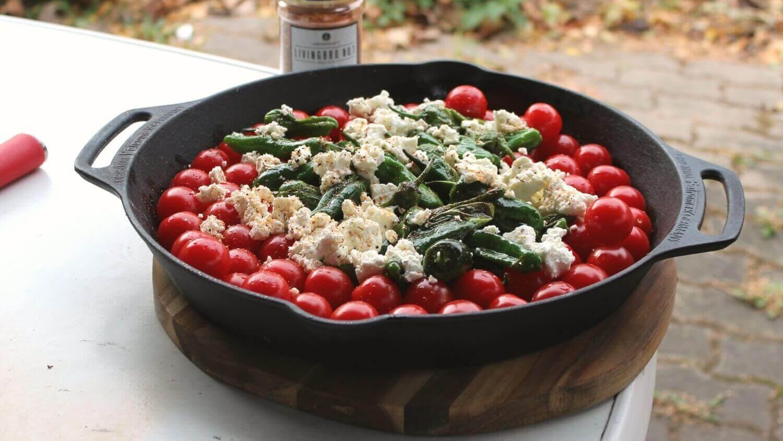 Beilage zum Grillen mediterrane Pfanne beilage zum grillen_Pimientos de Padron mit Feta und Tomaten Pfanne