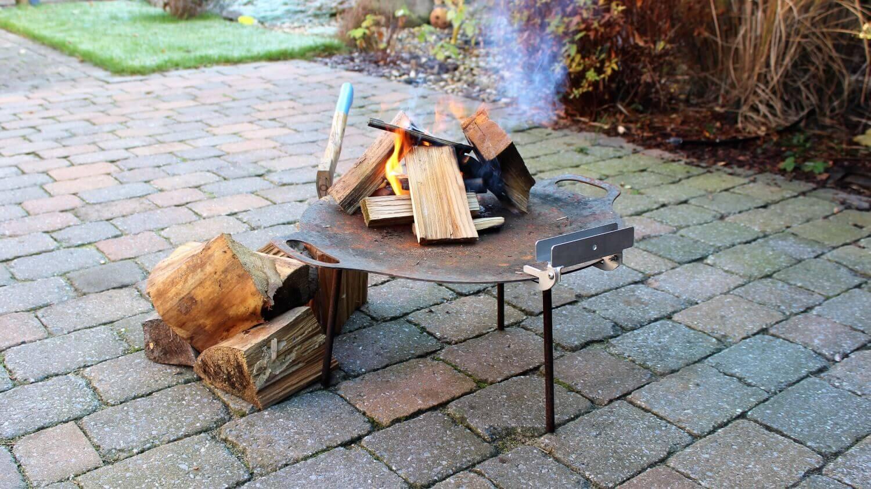 Flammlachs vom Holzbrett flammlachs_Holzfeuer vorbereituen f  r Flammlachs