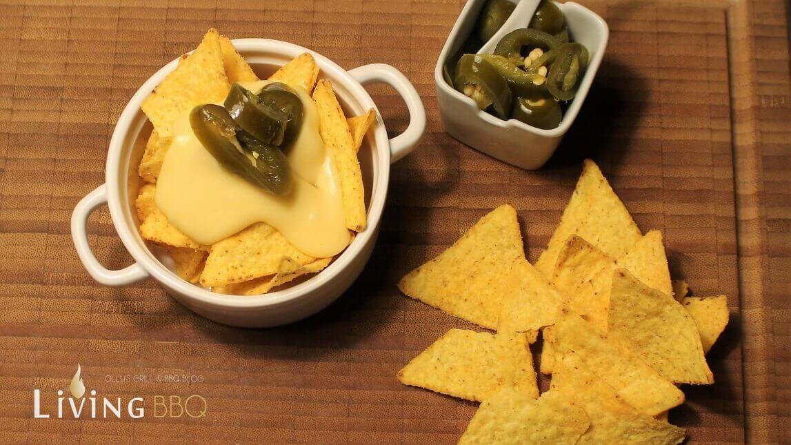 Nacho Käse-Sauce Kino nacho käse-sauce_Nachosauce mit Tortillachips und Jalpenos