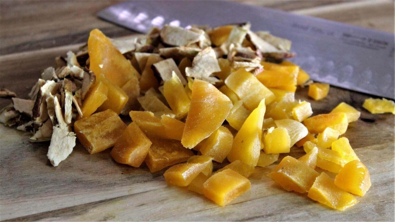 Warmer Chicoree Salat Mango und Apfel aufschneiden chicoree salat_Gehackte Mango und Apfelscheiben