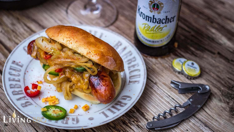 Hot Dog Bier Bratwurst geschmorte Zwiebeln