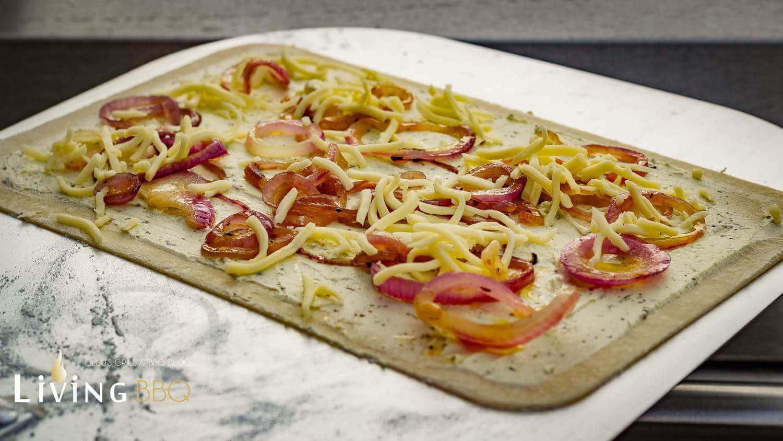 Flammkuchen Weber Holzkohlegrill : Flammkuchen vom pizzastein im grill