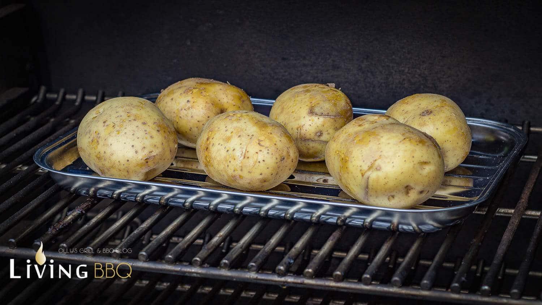 Ofenkartoffel mit geriebenem Cheddarkäse