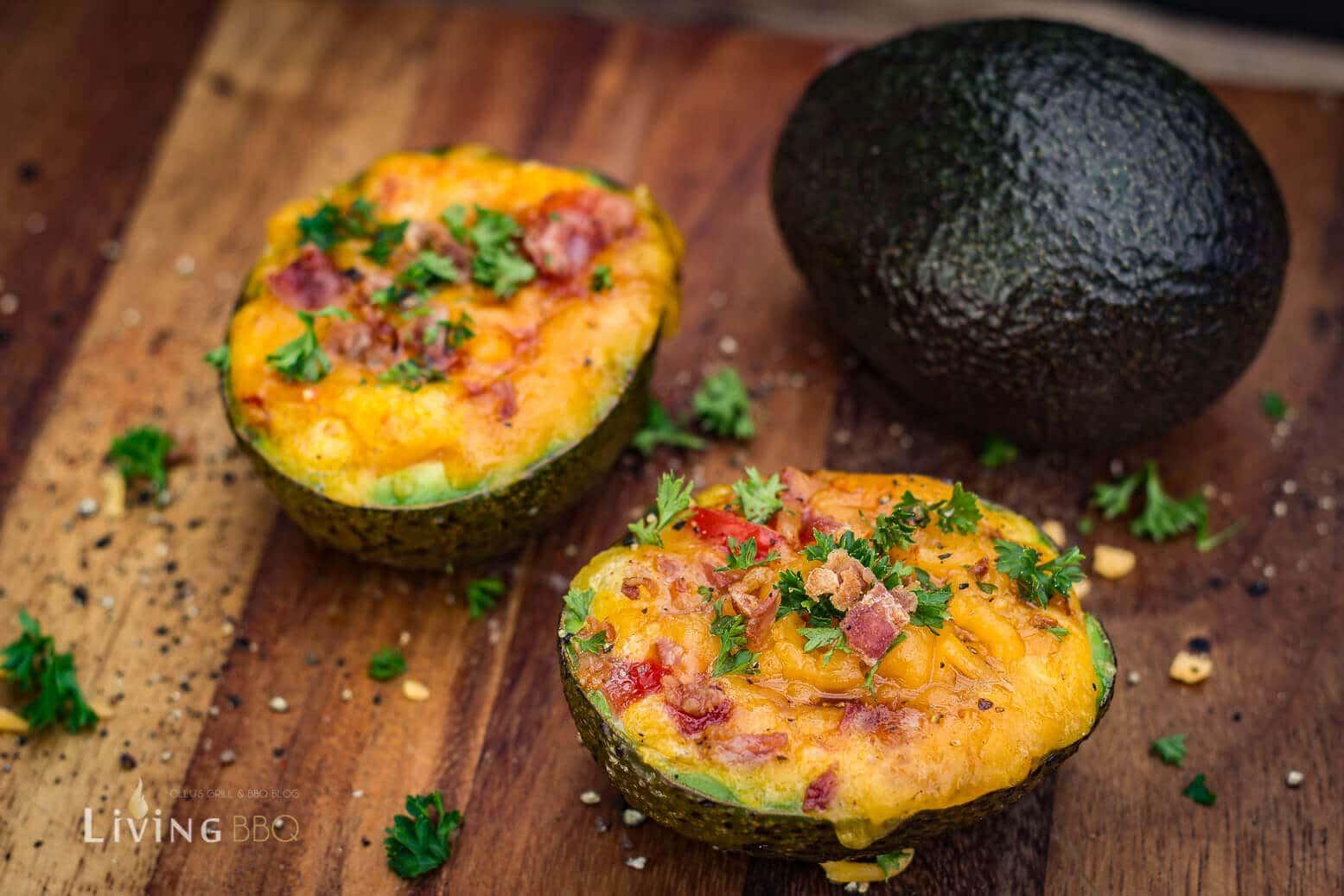 avocado rezept zum fr hst ck mit ei bacon und cheddar k se. Black Bedroom Furniture Sets. Home Design Ideas