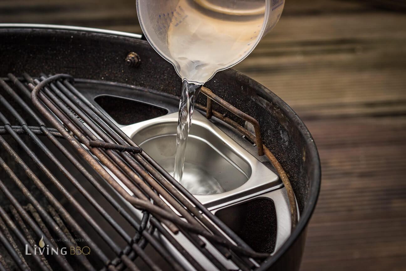 GN Behälter des Kugelsmoker mit Wasser befüllen kugelsmoker_Kugelsmoker Grillrost
