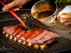 Ribs mit BBQ Sauce einpinseln