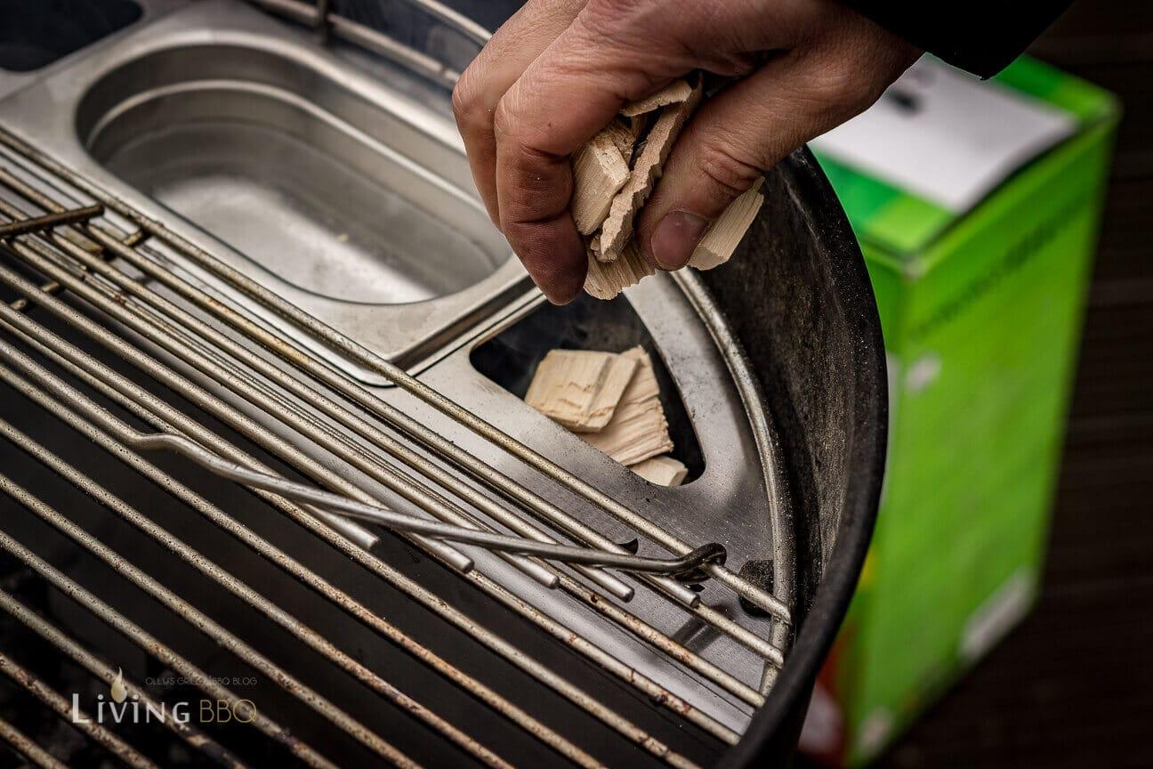 Räucherchips einfüllen kugelsmoker_Kugelsmoker Grillrost