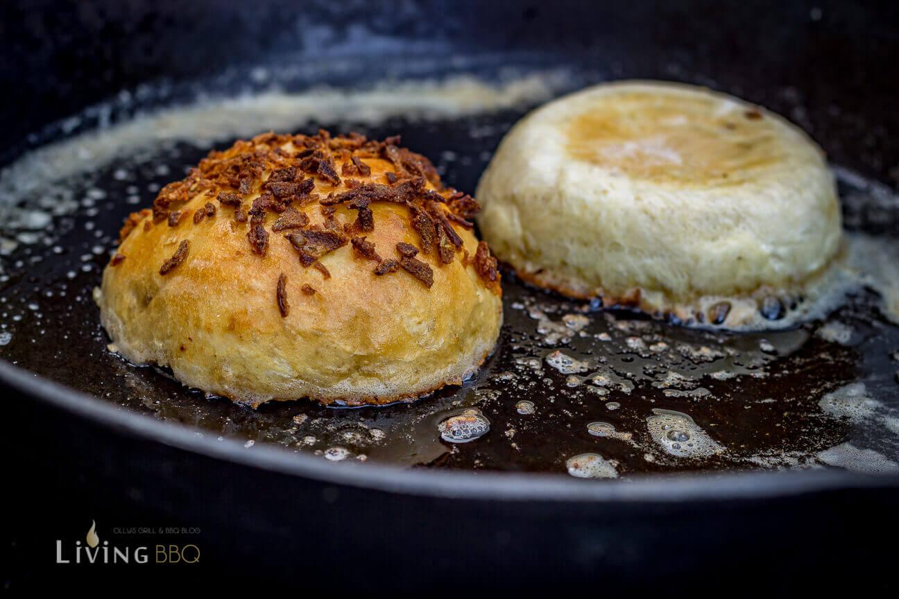 Burger Buns in Butter anrösten