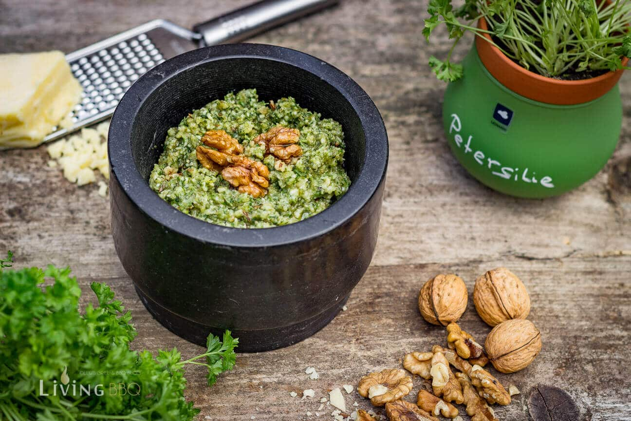 fertiges Walnuss Pesto angerichtet