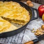 gedeckter Apfelkuchen in der Gusspfanne