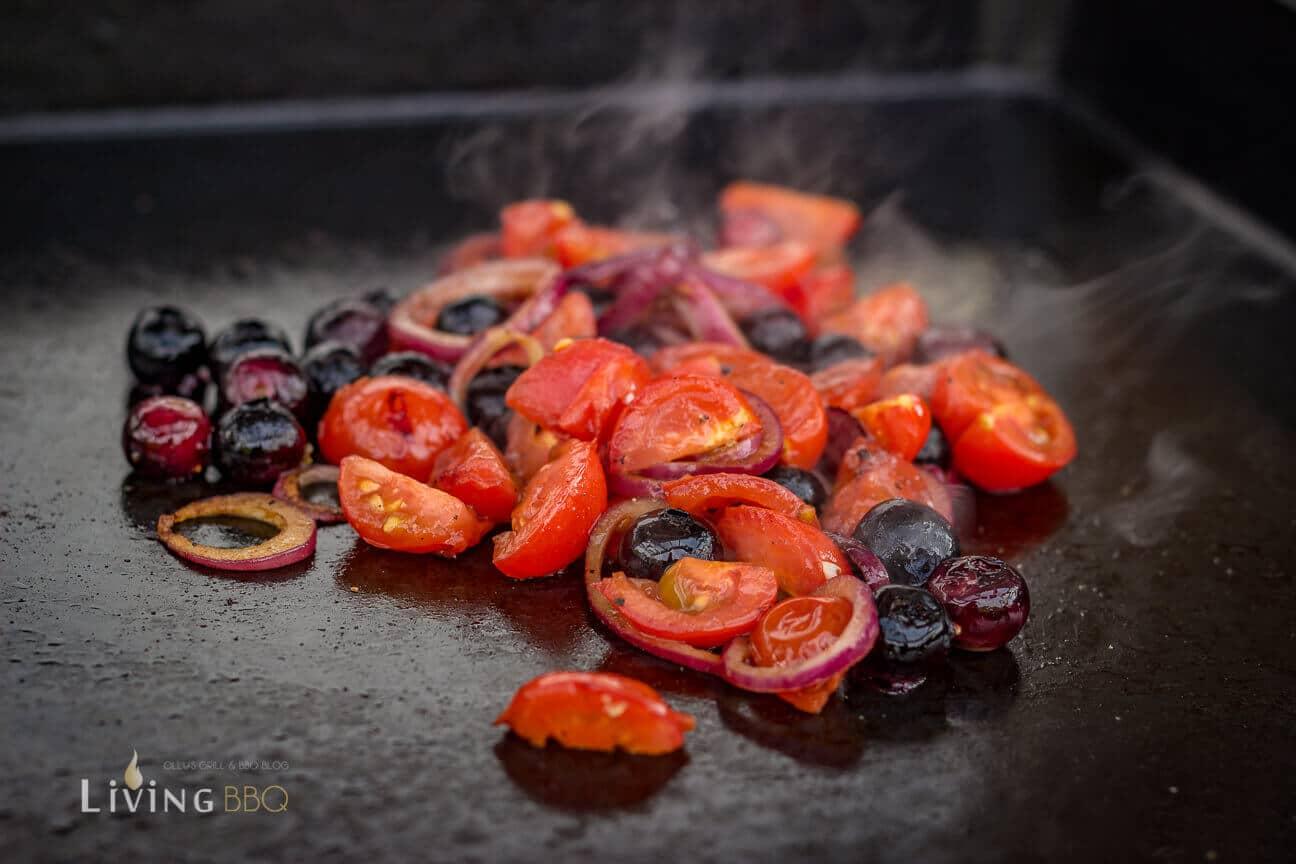 Tomaten, Blaubeeren und Zwiebeln auf der Plancha