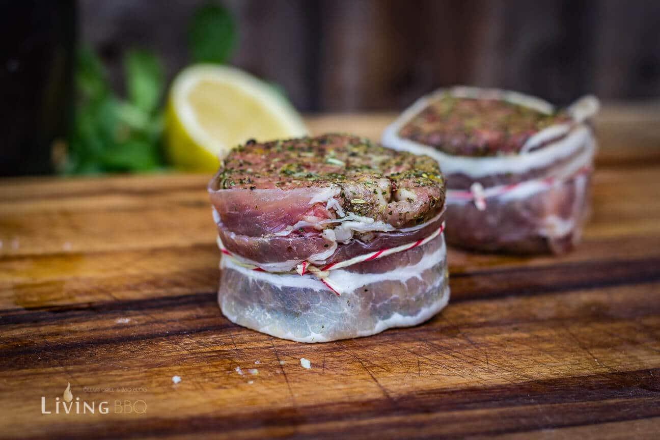 Filet in Bacon gewickelt und mit Küchengarn fixiert.
