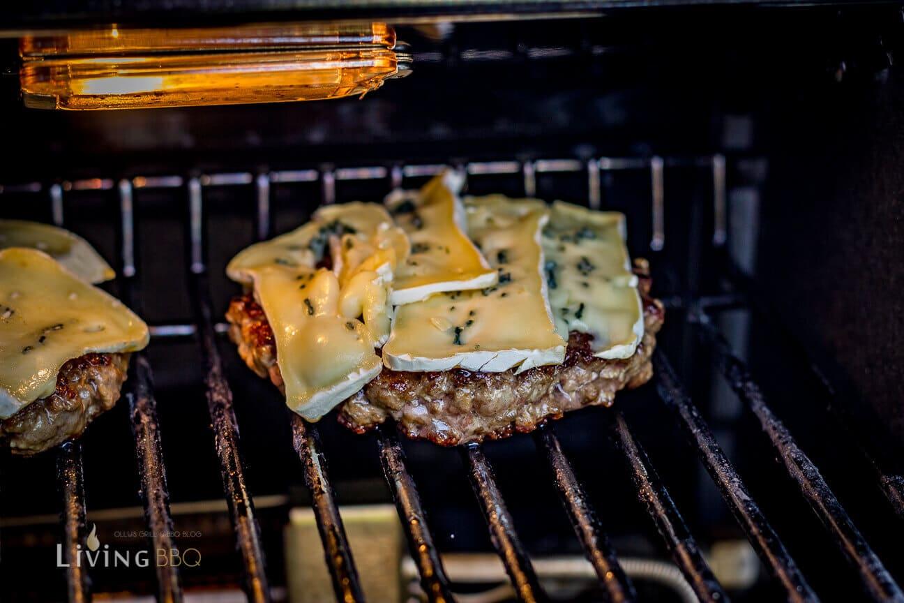Blauschimmelkäse auf dem Patty schmelzen lassen _Bison Burger 13 von 20