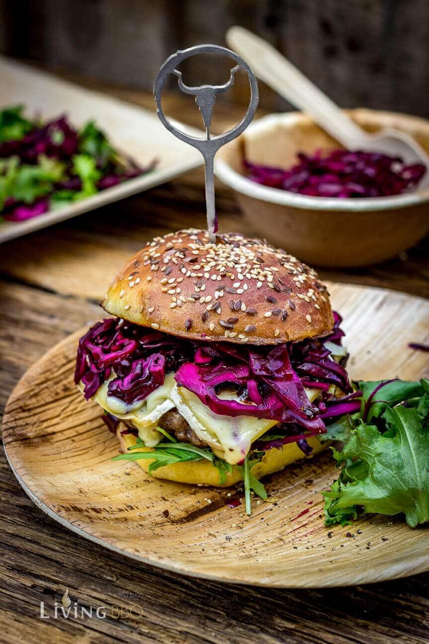 Bison Burger auf dem Teller angerichtet