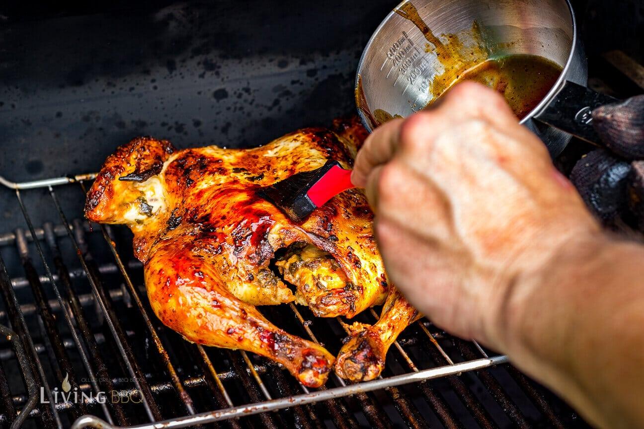 Spatchcock Chicken mit BBQ Sauce einpinseln