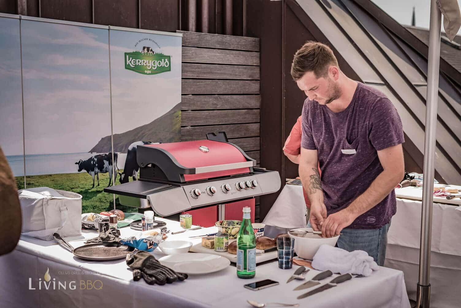 Teilnehmer bereitet den Burger vor [object object]_Kerrygold Cheddar Burger Challenge 16 von 32