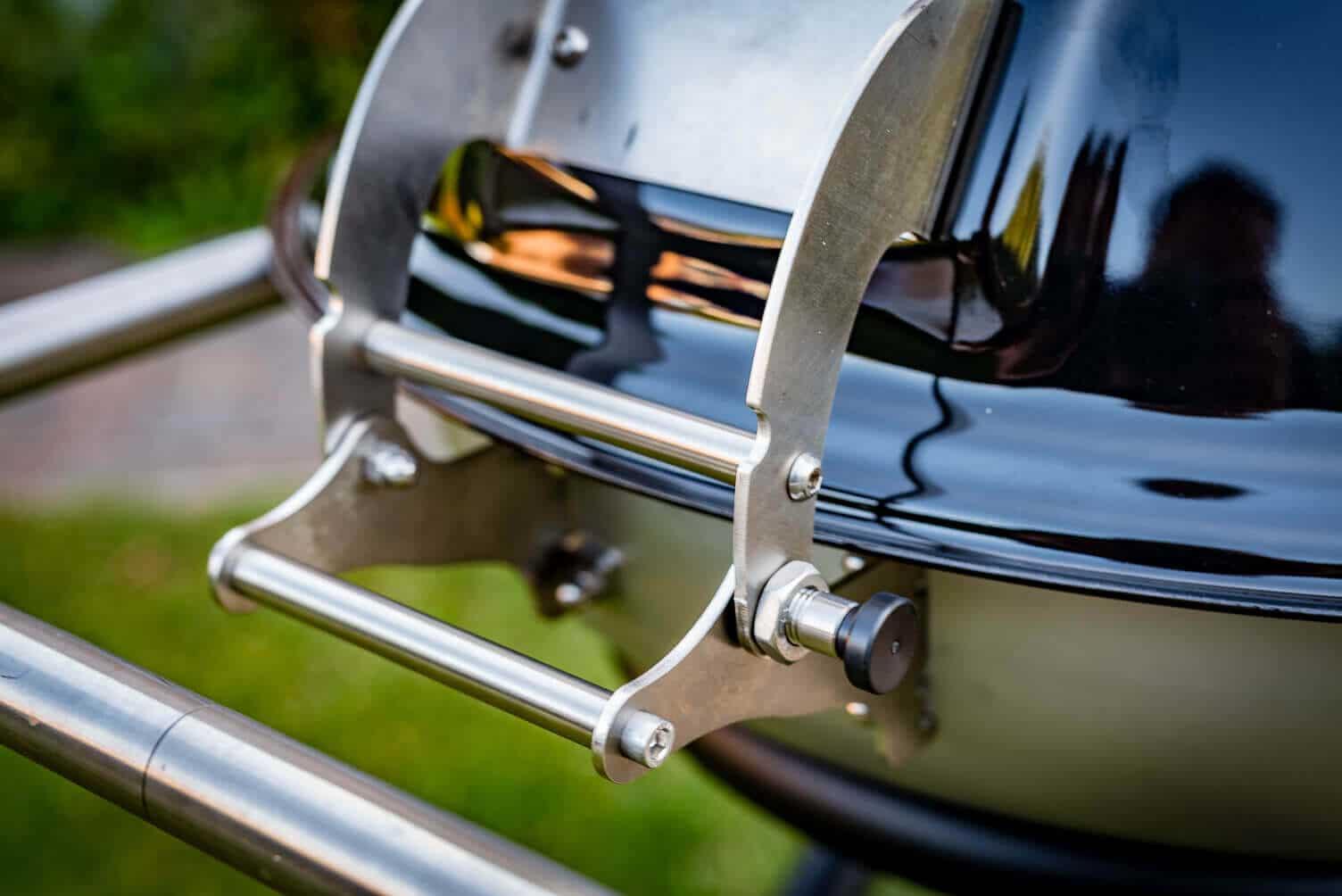 Deckelscharnier des KohGa  _KohGa Deluxe Kohle und Gasgrill Schickling 14 von 27