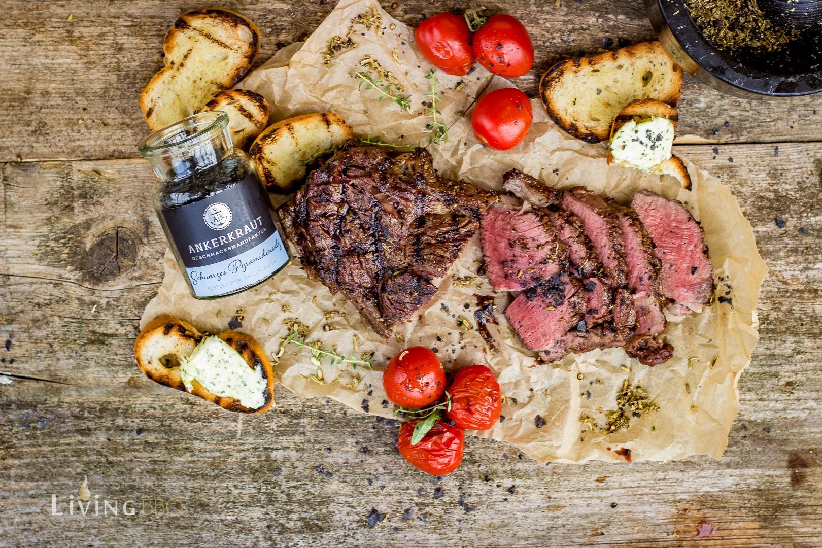 scharzes Pyramidensalz auf Ribeye Steak
