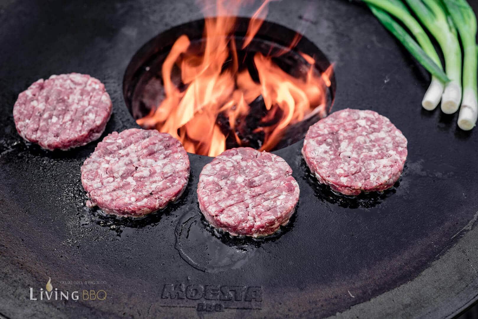 Burgerpatties auf der Feuerplatte