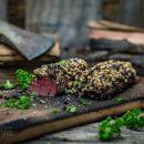 Wildschweinfilet mit Nusskruste von der Holzplanke