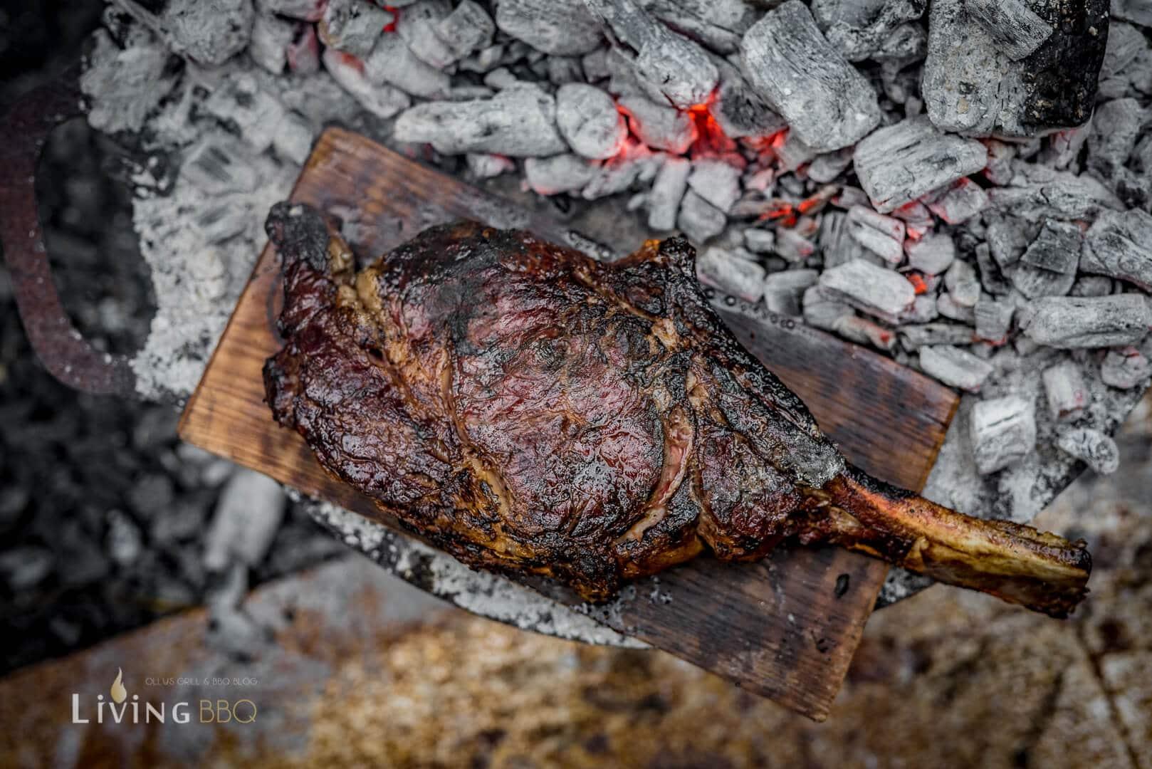 Steak auf Holzplanke