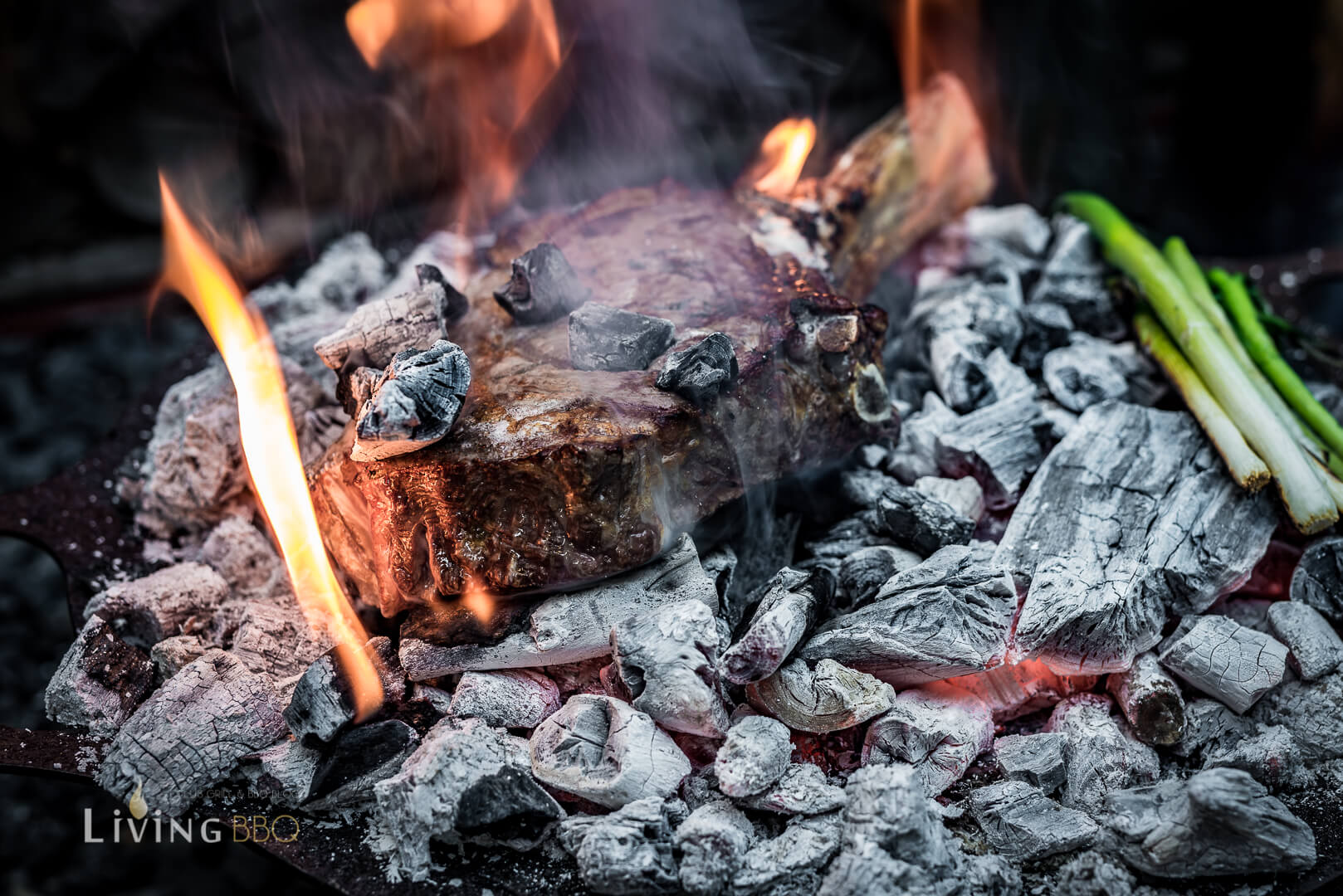 Caveman Steak wird auf Holzkohleglut gegrillt