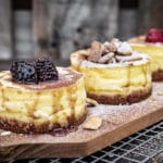 Fertige New York Cheesecake mit Topping