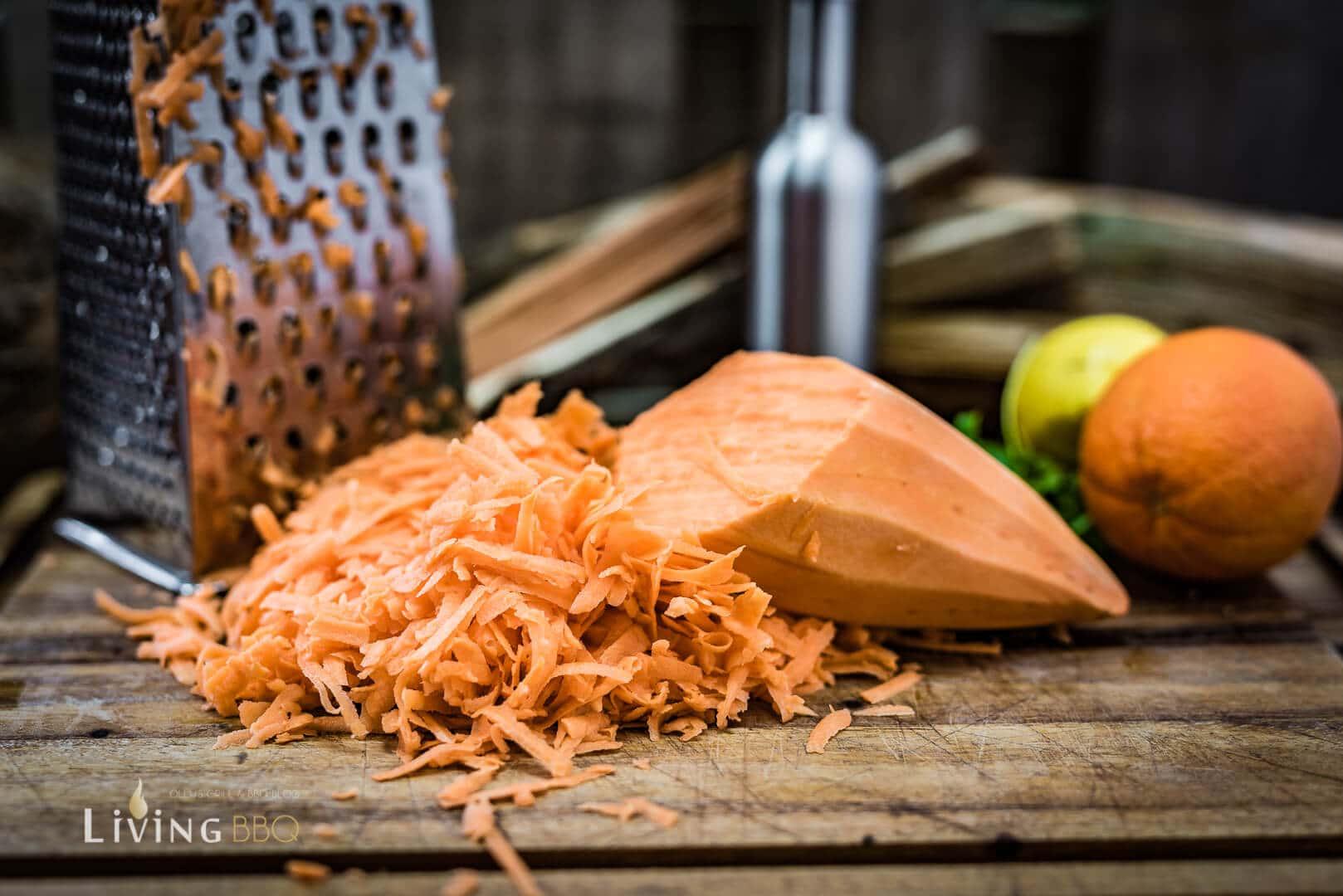 Süßkartoffel auf Kastenreibe reiben