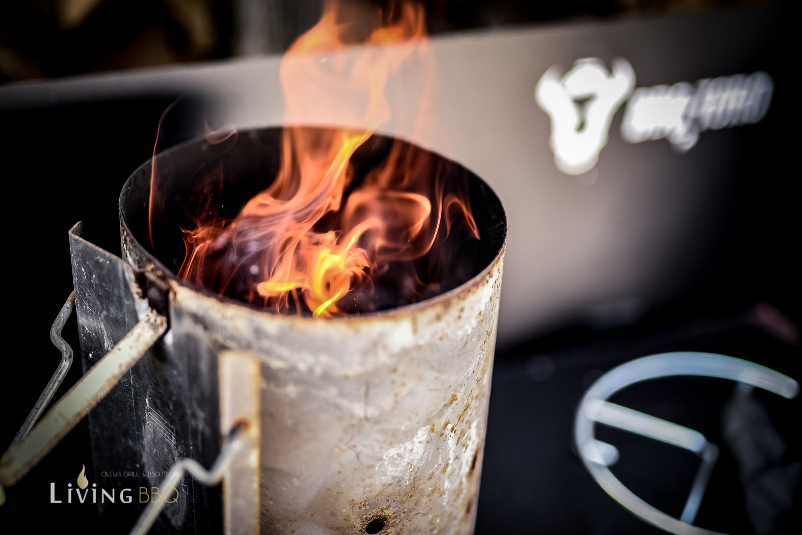 Anzündkamin mit Kohlen anfeuern