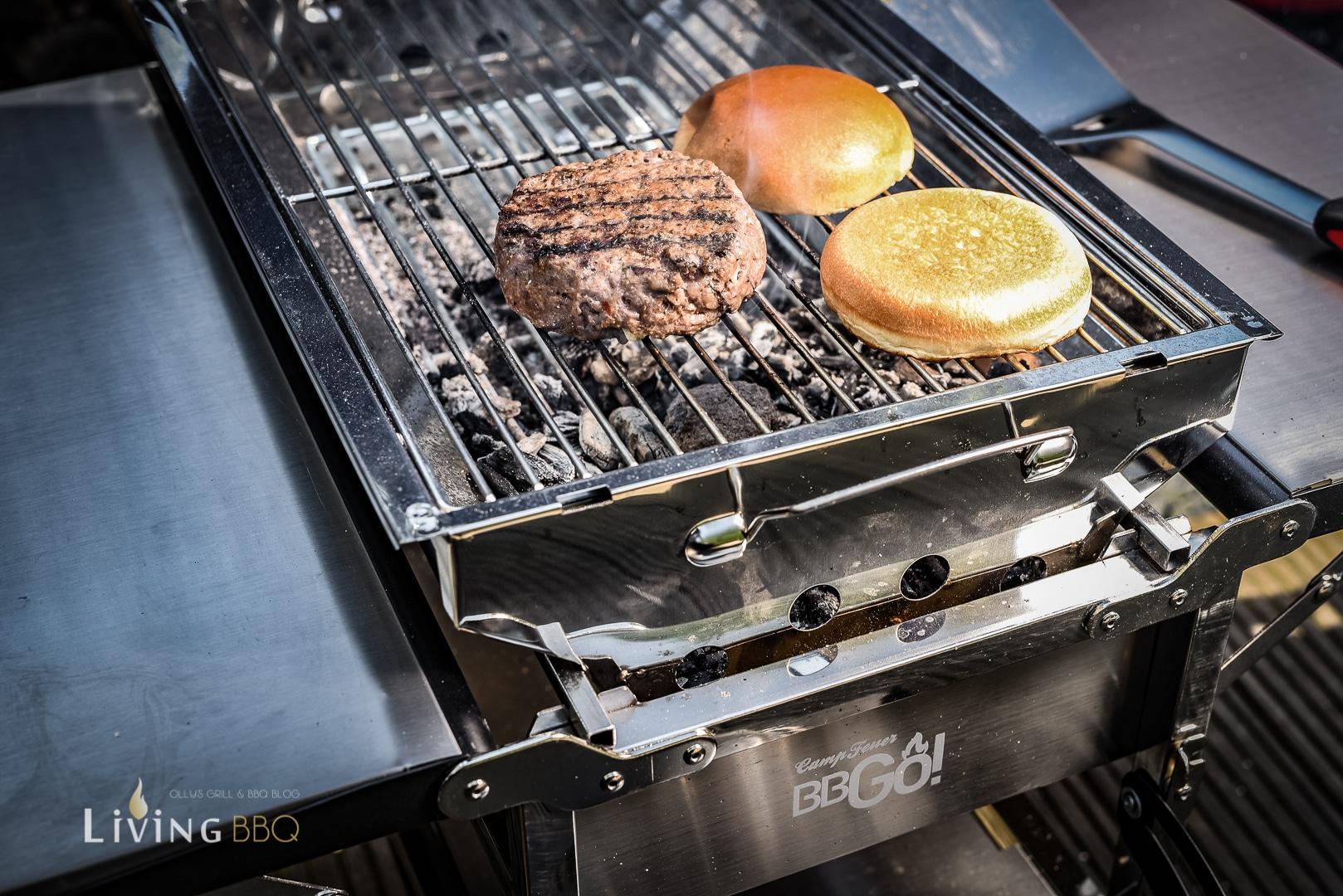 Burgerpatty auf Holzkohlegrill zubereiten _Camp Feuer BBGo 29 von 36