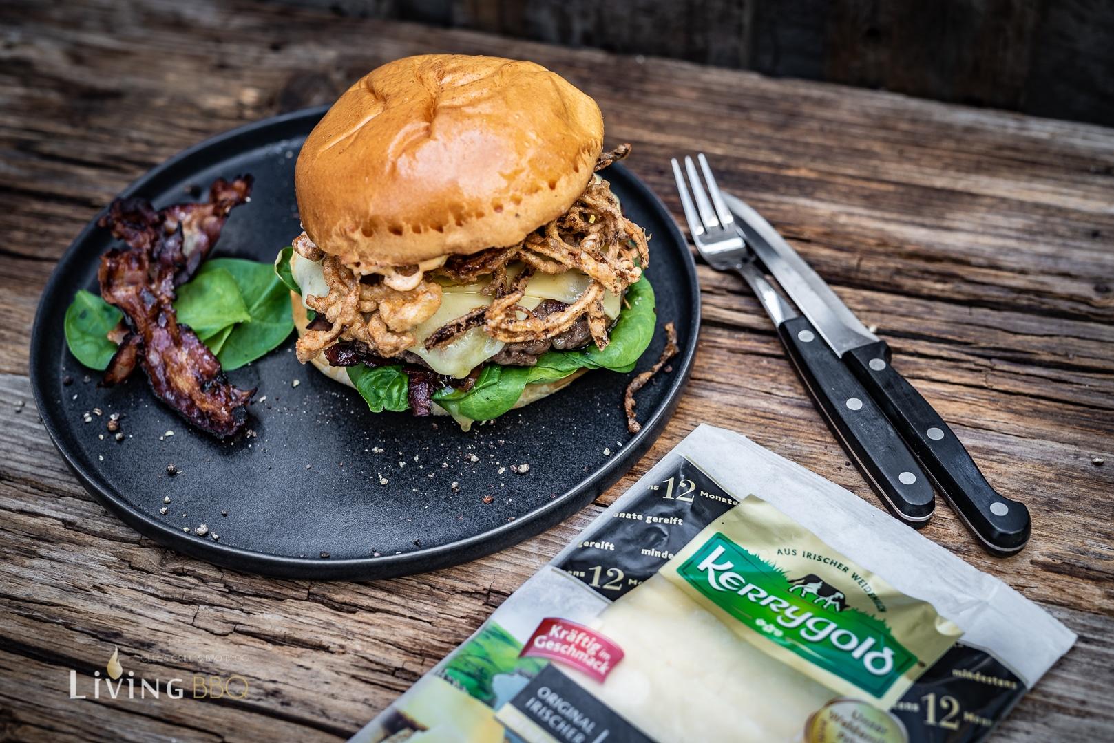Vintage Cheddar Burger mit frittierten Zwiebeln