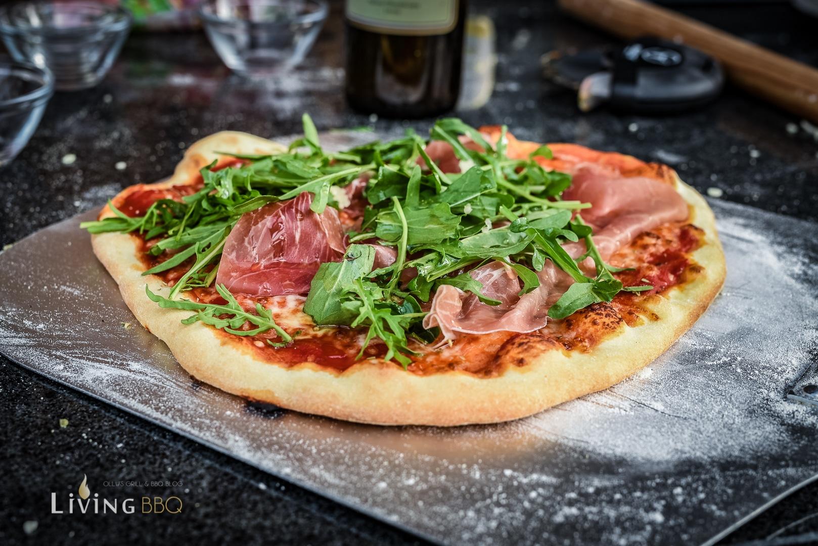 Pizza mit Serano und Rucola