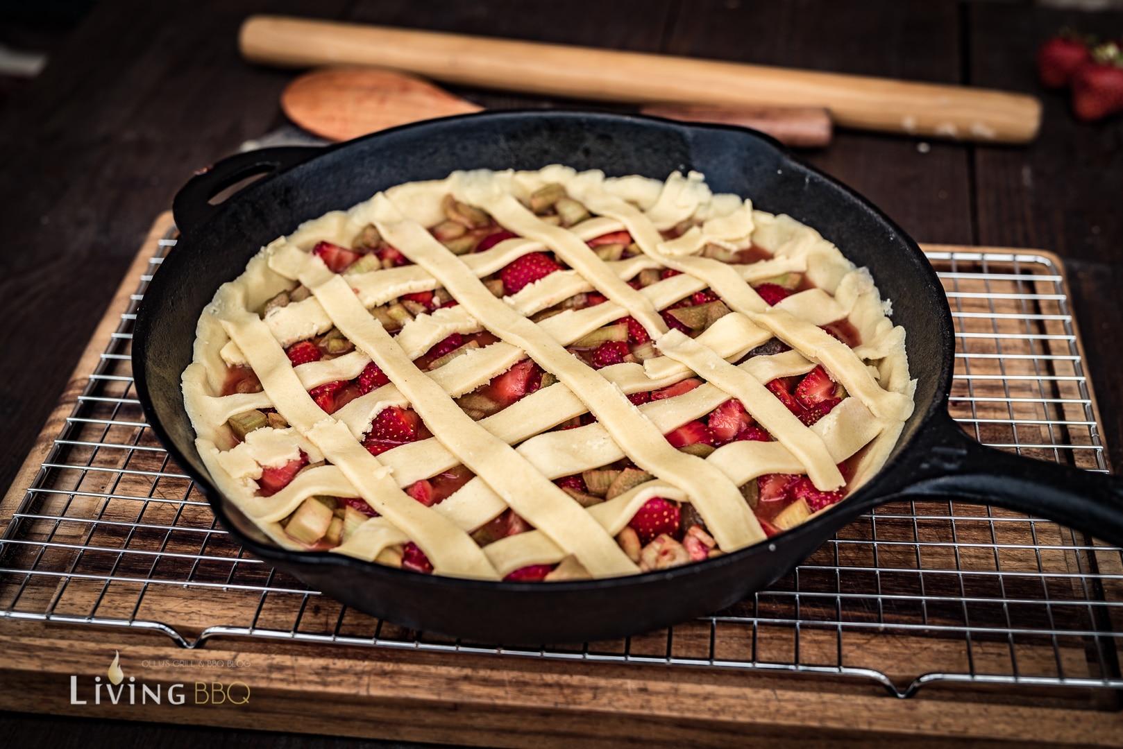Teiggitter auf den Erdbeer Rhabarber Kuchen legen