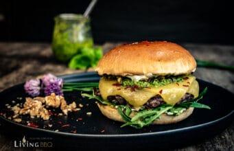Pesto Burger mit Cheddar und Walnüssen