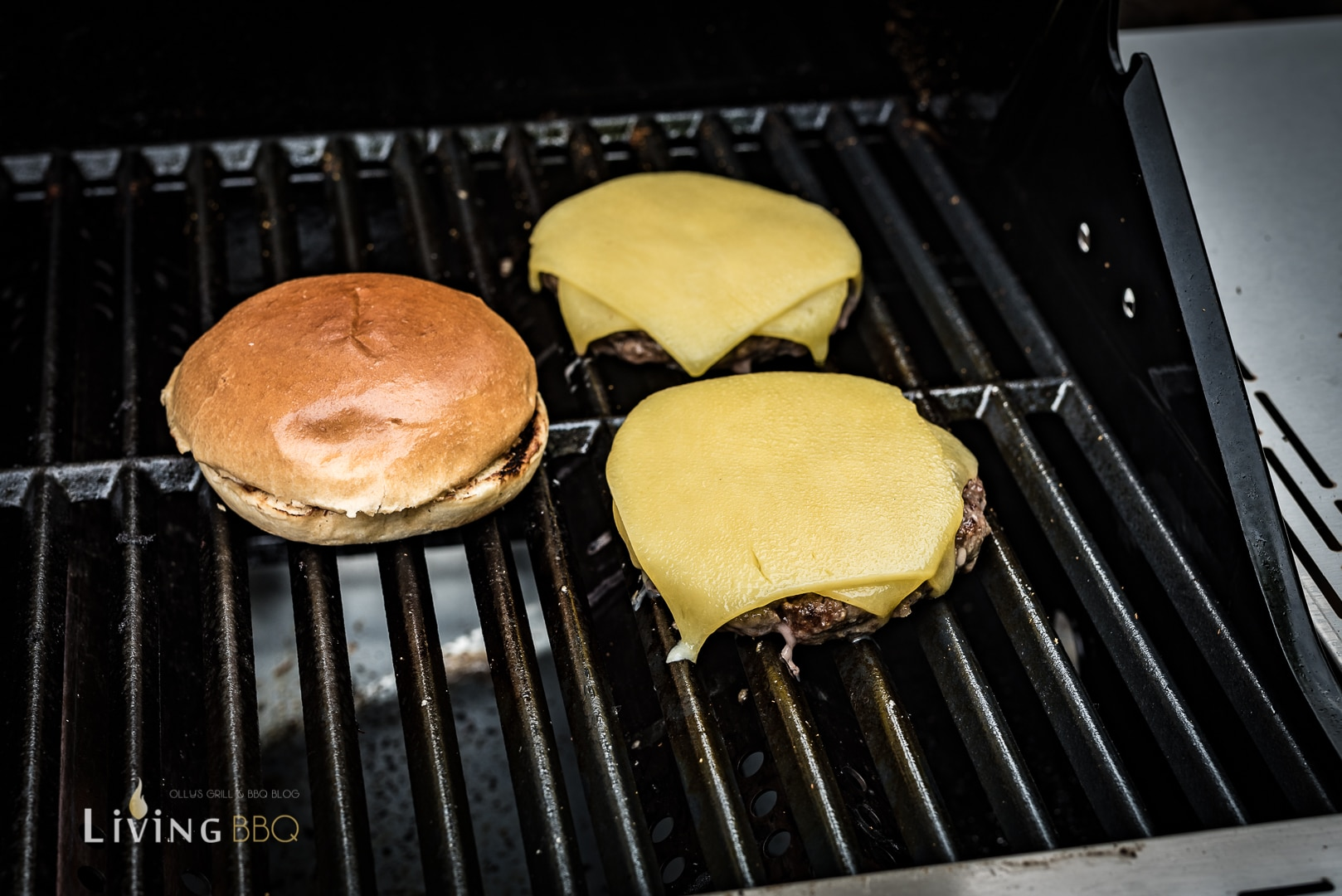 Käse auf dem Pesto Burger schmilzen lassen