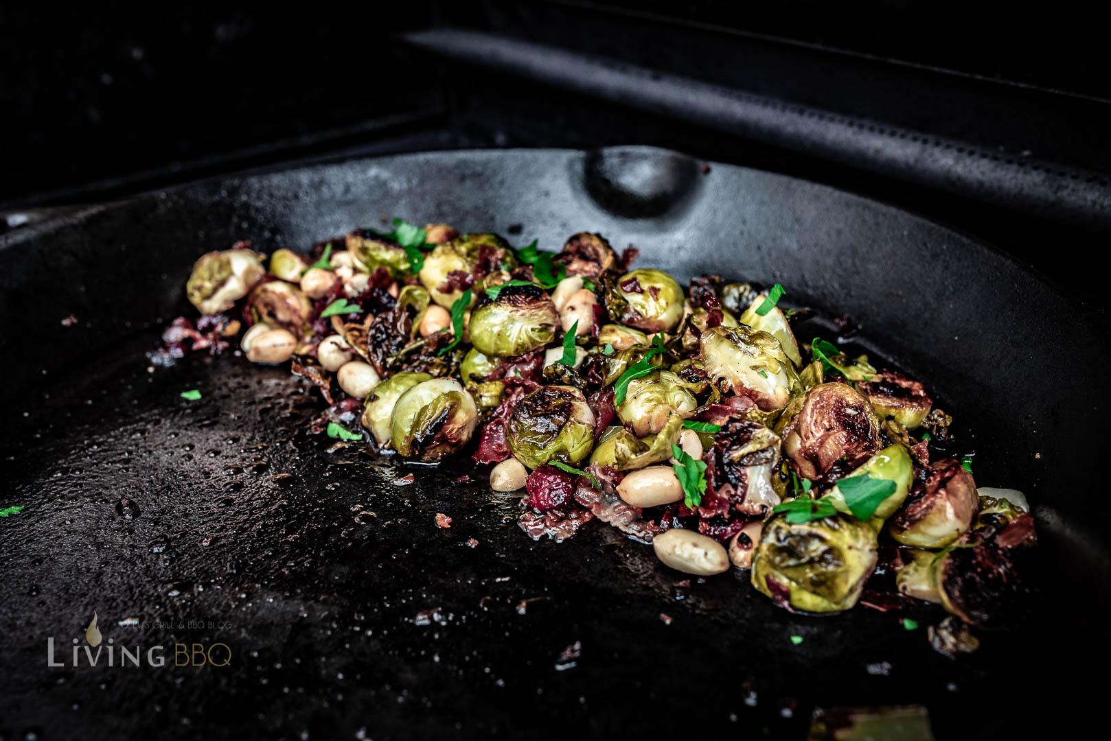 Rosenkohl mit Cranberries, Erdnüssen und Ahornsirup